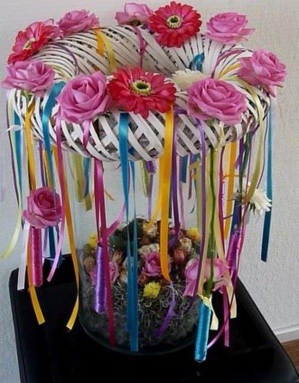 Grote vaas vullen met mos en leuke paasfrutsels. Bovenop een krans met bloemen en linten eraan  Kijk voor meer ideeen op: www.gettycreakunst.webklik.nl