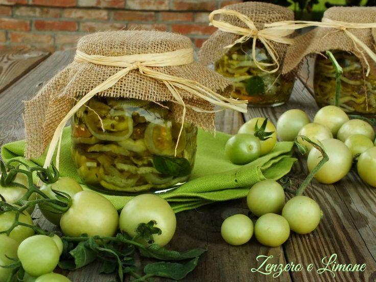 Avete dei pomodori verdi? Perché non li mettete sott'olio seguendo questa semplice ricetta? Vi piaceranno sicuramente. Ottimi come antipasto.