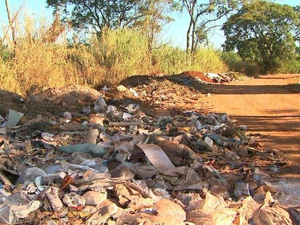 Acúmulo de lixo próximo à Mata de Santa Tereza coloca reserva ambiental em risco em Ribeirão Preto, SP (Foto: Paulo Souza/EPTV)
