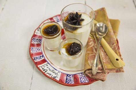 Manjar branco cremoso | Receita Panelinha: Nesta versão bem cremosa, a clássica sobremesa não vai para a fôrma de pudim. Ela é servida em copos ou tacinhas, com a tradicional calda de ameixa.