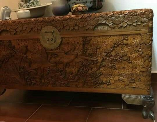 Baú indiano em Sandalus entalhado e com ferragens originais
