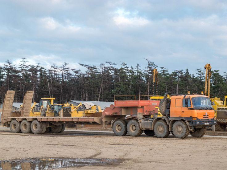 Седельный тягач Tatra T815-231N9 с полуприцепом-тяжеловозом. Сахалинская область, Ногликский район, вахтовый поселок Киринского ГКМ