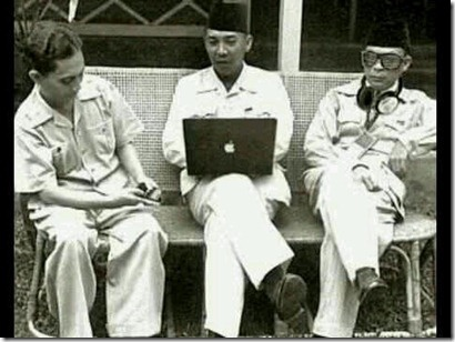 Soekarno pegang laptop apple