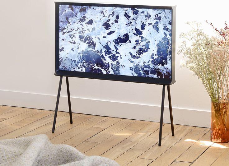 """Een zwarte serif tv van 40"""" in een woonkamer"""