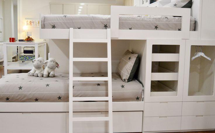 Dormitorio tipo tren compuesto de dos camas en disposición especial para introducir más espacio de almacenamiento