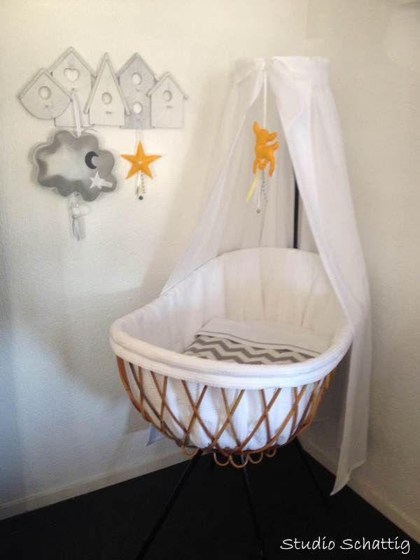 die besten 25 baby m dchen korbwiege ideen auf pinterest. Black Bedroom Furniture Sets. Home Design Ideas