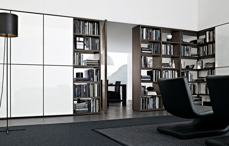 Poliform Wall System. Swivel door. biblioteca divisoria que contiene una puerta de abrir, y posibilita el uso de un panel corredizo por delante de la misma