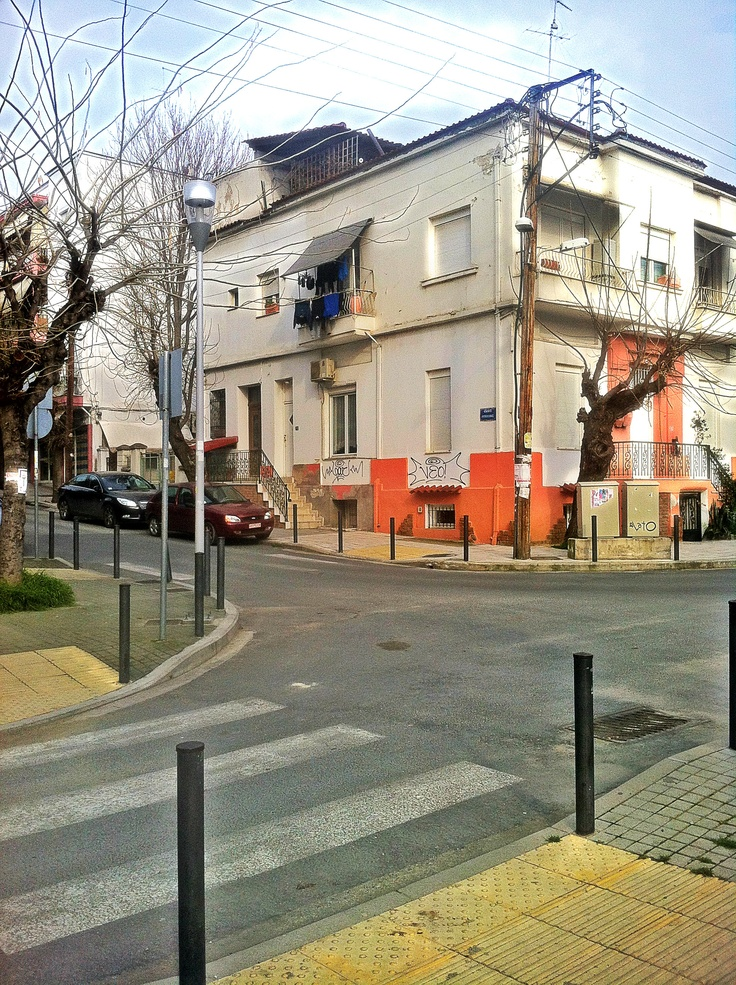 The freshly renovated Peristerion Square contradicts with the surrounding houses, most of which are not in the best possible condition. (Walking Thessaloniki / Route 10, Ano Poli b)