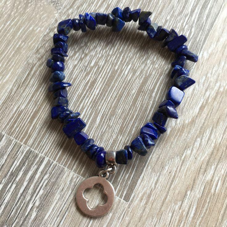 Armband van lapis lazuli splitstenen met metalen plaatje met kruis/plus uitdruk. Van JuudsBoetiek, te bestellen op www.juudsboetiek.nl.