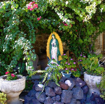 203 best our lady la virgen images on pinterest mother for Rosary garden designs