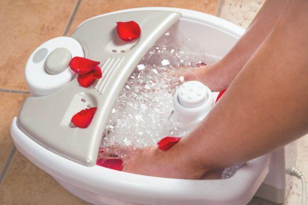 Fußmassagegeräte: Summende Helfer können unseren Füßen durch eine wohltuende Massage maximale Entspannung bescheren. Doch worauf kommt es bei einem Fußmassagegerät eigentlich an? Wir flüstern Ihnen, worauf Sie beim Kauf achten sollten und welche verschiedenen Geräte es gibt.
