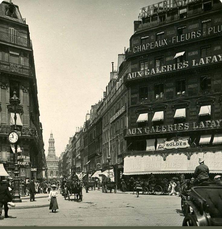 La rue de la Chaussée-d'Antin vue en direction de l'église de la Sainte-Trinité, depuis le carrefour avec la rue de La Fayette et le boulevard Haussmann, en 1906. Une photo stéréoscopique de Steglitz-Berlin Edition  (Paris 9ème)