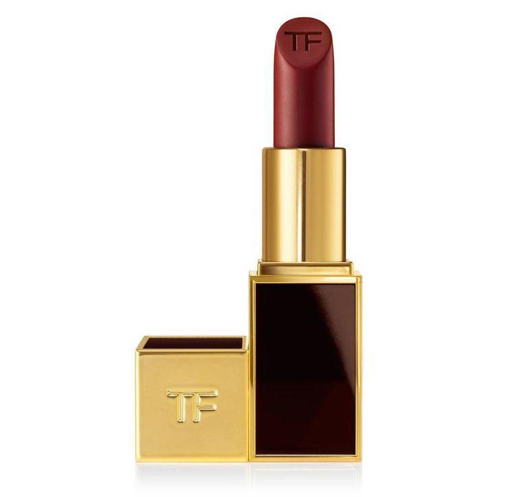Tom Ford Lip Color Matte, colore Velvet Cherry La loro qualità è davvero eccelsa, credo che siano forse i migliori che abbia mai provato. E' una sensazione favolosa sapere di indossare un rossetto così lussuoso e validissimo. Questo colore poi è un bellissimo color ciliegia scuro, come dice anche il nome, un rosso scurissimo e ha un'ottima durata! Inoltre non crea il problema delle labbra secche, anzi, risultdavvero bello anche se avete le labbra un po' screpolate e vi consiglio di usarlo…