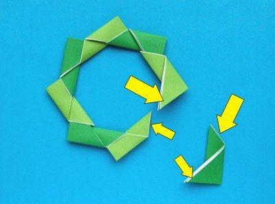 * Kerstkrans met strik van papier!    8 papiertjes van ongeveer 9x9 centimeterom deze origami kerstkrans te vouwen. De achterkant van de velletjes hoeft niet gekleurd te zijn. Duidelijk uitleg in 10 stappen!