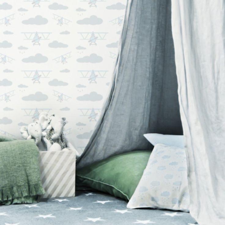 Skapa en skön myshörna med massor av textilier! Inred med mjuka kuddar, mattor, filtar och gärna en snygg himmelsäng🌟  #barntapet #barnrum #barnrumsinredning
