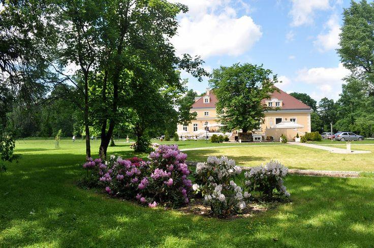 Klasycystyczny Pałac w Bugaju otoczony jest przepięknym parkiem a niedaleko znajduje się również zabytkowy, skromny kościółek.  http://www.salemarzen.pl/sale-weselne/raszkow/palac-bugaj2