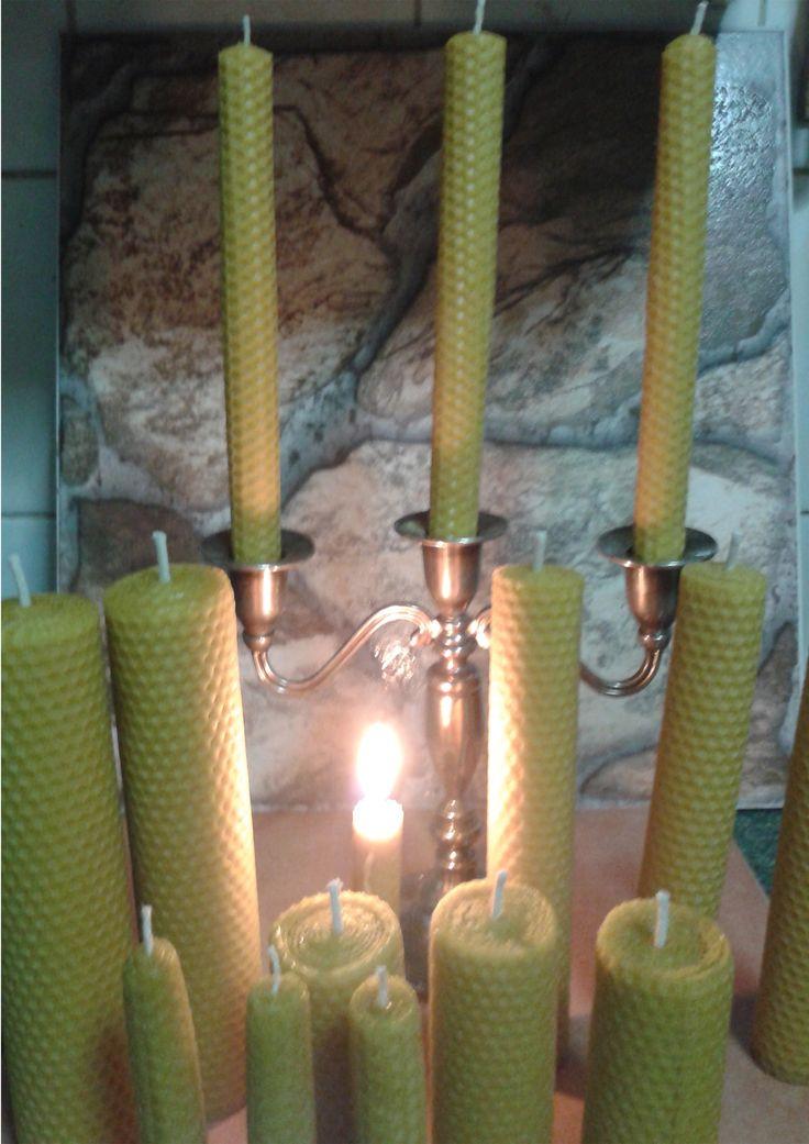 La cera de abejas produce iones negativos que limpian el aire. Estos iones son como aspiradoras naturales que limpian de polvo, moho, virus, bacterias, y otros contaminantes. Para que las velas tengan este efecto de depuración, deben ser 100% de pura cera de abeja. Una vela de cera desprende un olor, dulce, refrescante, purificante, huele a miel y a dulzura. Los invito a tener en su hogar velas de cera de abeja.