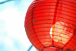 DIY tutorial to make paper lanterns perfect for summer parties