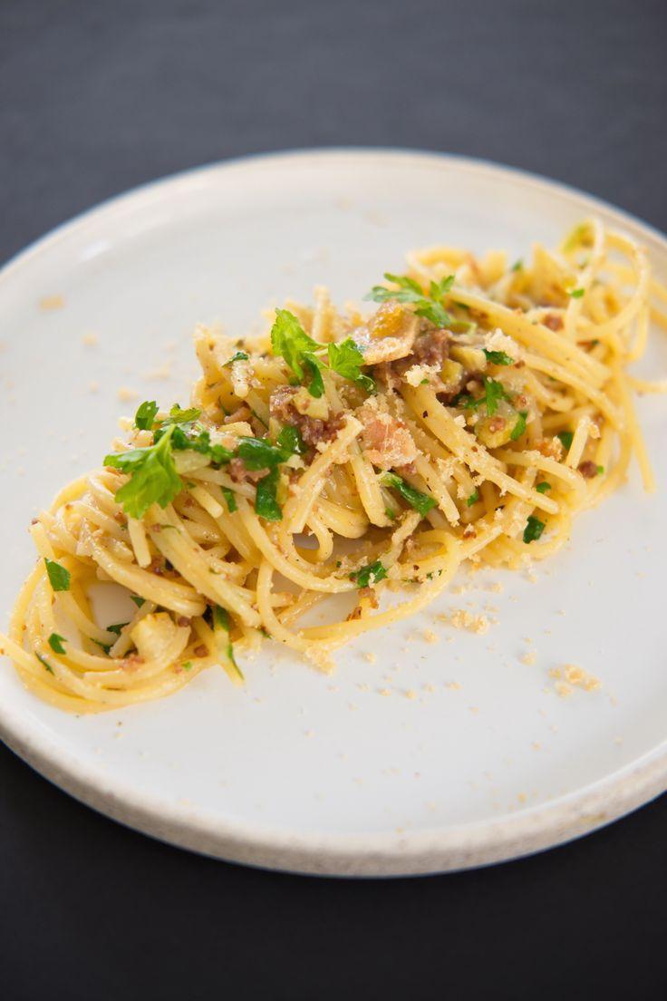 En fiskeeggende duft fra Sicilia Prøv spaghetti alla bottarga e limone med syltet sitron, chili og persille. Prøv også å lag din egen bottarga av torskerogn, superenkel oppskrift! http://www.gastrogal.no/bottarga-spaghetti-limone/