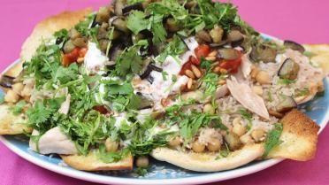 Libanese kip met rijst, yoghurt en tomatensaus