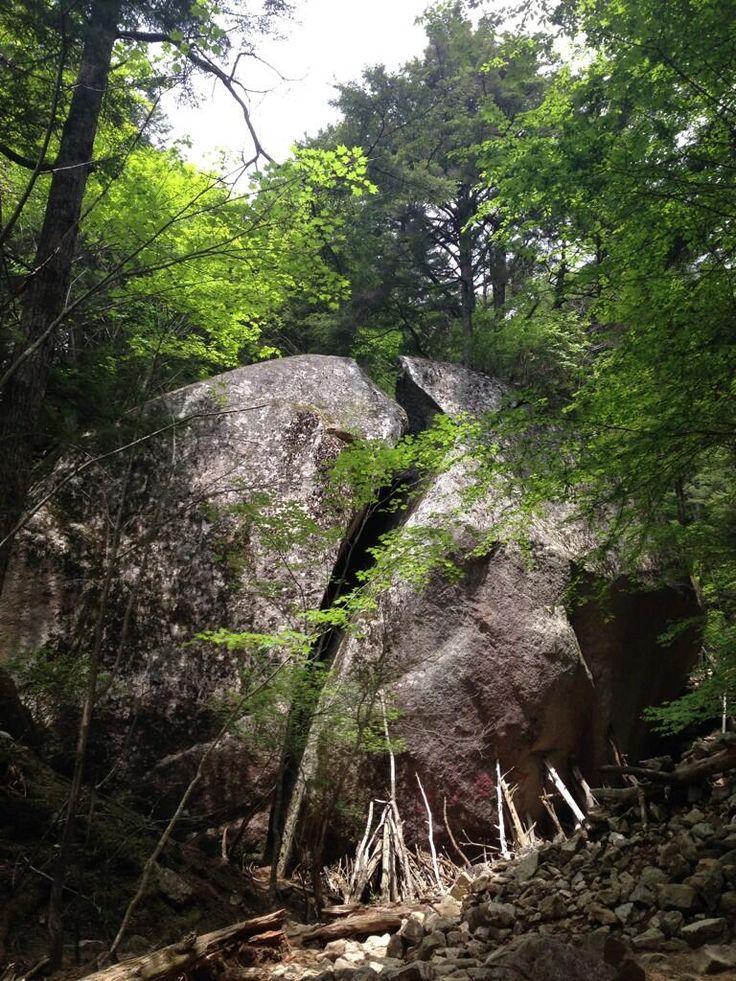 [NPO法人さいたま山に親しむ会] 今日は山梨県にある百名山の瑞牆山に行ってきました。クライミングでも有名なだけあって岩の多い楽しい山です\(^o^)/写真は途中にある「桃太郎岩」。ネーミングセンスある〜 http://kitamoto-style.com/shop/saitamamt/