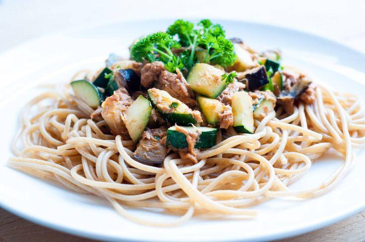 Kook de spaghetti in een ruime hoeveelheid water volgens de aanwijzingen op de verpakking.  Snijdt de aubergine en courgette in blokjes  Verhit een beetje olijfolie in een pan en bak de courgette en de aubergine daarin voor enkele minuten.  Knip de peterselie fijn en laat de tonijn uitlekken.  Voeg de tonijn, rode pesto en kookroom toe en verwarm de saus.  Breng op smaak met zout en peper.  Serveer de spaghetti met de saus en bestrooi deze tot slot met de verse peterselie!  Dit recept is…