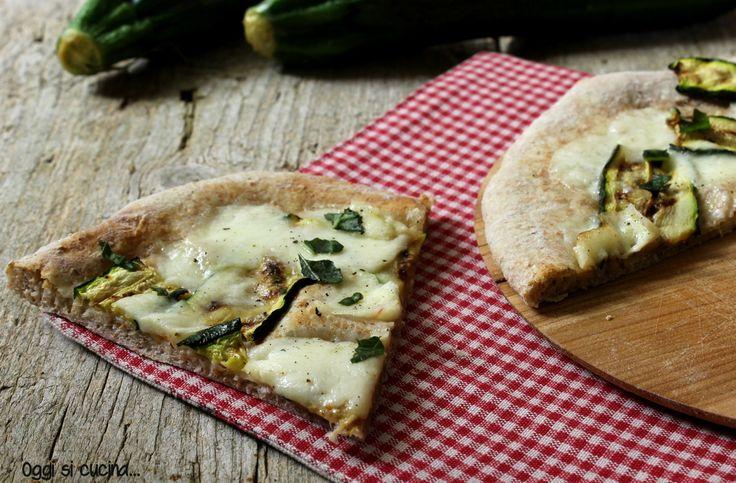 Pizza con farina integrale con zucchine e mozzarella