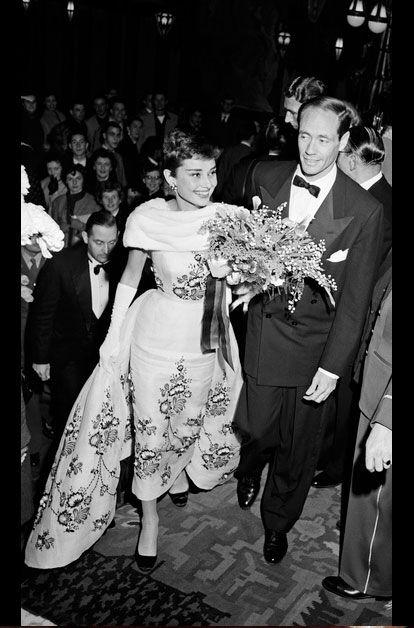 """AUDREY HEPBURN ET MEL FERRER AUX PAYS-BAS EN NOVEMBRE 1954En novembre 1954, le séjour dans ses terres d'origine pour présenter """"Sabrina"""", le dernier film de Billy Wilder, a pour Audrey Hepburn un parfum de lune de miel. Car l'actrice fraîchement oscarisée pour """"Les Vacances romaines"""" vient d'épouser l'acteur Mel Ferrer, révélé par Fritz Lang dans """"L'ange des maudits"""". Ils s'étaient rencontrés un an plus tôt lors d'une fête organisée par Gregory Peck à Londres. Photo: Jack Garofalo"""