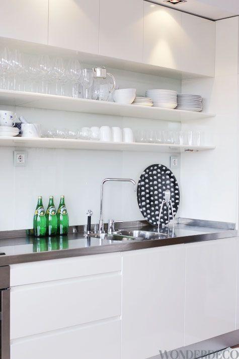 ce que j'aime... des placards en hauteur pour ce qui ne sert pas souvent... des étagères basses et plus peu profonde pour ranger et attraper plus rapidement la vaisselle de tous les jours...