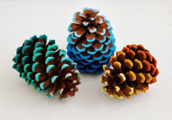 Pommes de pin peintes DIY Noël  http://www.homelisty.com/deco-de-noel-2016-101-idees-pour-la-decoration-de-noel/