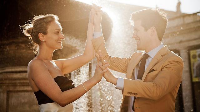 http://luckyrainfilms.com/it    Un incontro, uno sguardo,   un'intesa che si trasforma in amore.  E poi le esperienze, due vite, due mondi che diventano uno.  E' la storia di due persone che si amano. E' la vostra storia.  E noi vogliamo raccontarla.