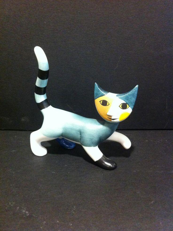 i bellissimi gatti in porcellana tedesca dipinti a mano, sono prodotti da Goebel. Il disegno è di Rosina Wachtmeister e sono da collezione. Ogni gatto è contenuto in una splendida scatola cilindrica in latta colorata www.elisa-regali.it
