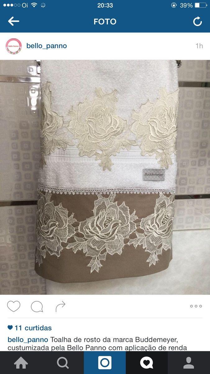 Toalha da marca Budemaier com aplicação de guipir em tecido de fustão