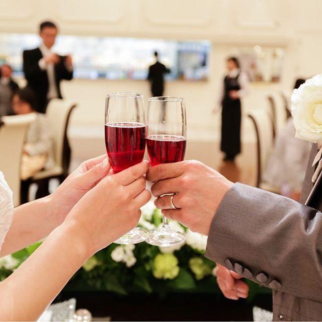 【ご披露】  *  お二人でお選び頂きました  乾杯酒で 乾杯  ご披露宴パーティーの始まりです!!  *  #エヴァウイン小山プレミアムスィーツ#everwin#スマイルレポート#marriage#wedding#結婚式#栃木#小山#ナチュラル#緑#アットホームウェディング#プレ花嫁#rastic #オリジナルウェディング#カジュアル#シンプル#ガーデン#instadaily#ウェディング#オーダーメイド#チャペル#和装#コーディネート#ケーキ#instagood#花#ordermade#オーダーメイド#貸切#dearswedding#披露宴