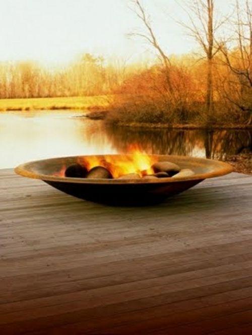 . Les cheminées extérieures, trous à feu et braseros transforment la simple fête au dehors, et permettent de faire de la cuisine comme on en faisait avant.
