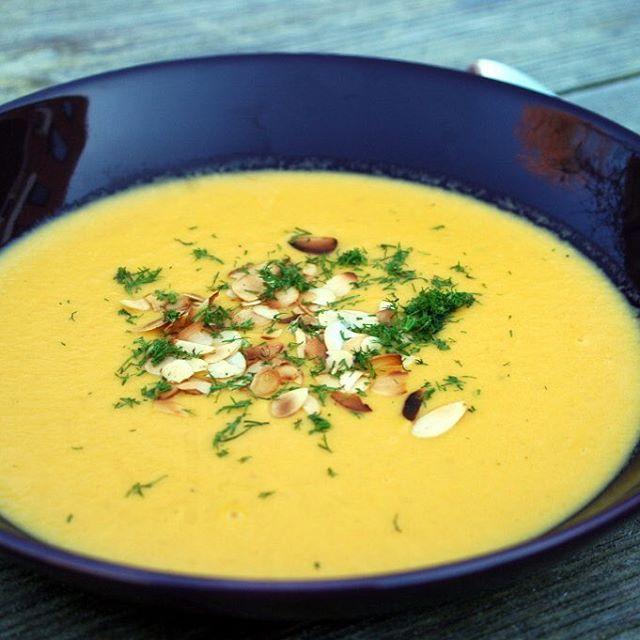 Venkelsoep. Geroosterde venkel & peen, sjalotjes, knoflook, gember, rijst, kokosmelk en amandel. #soep #venkel