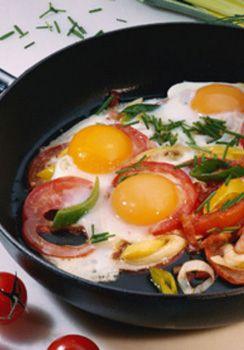 Vegetarische Eier-Tomaten-Pfanne: http://kochen.gofeminin.de/rezepte/rezept_eier-tomaten-pfanne_309133.aspx  #vegetarisch