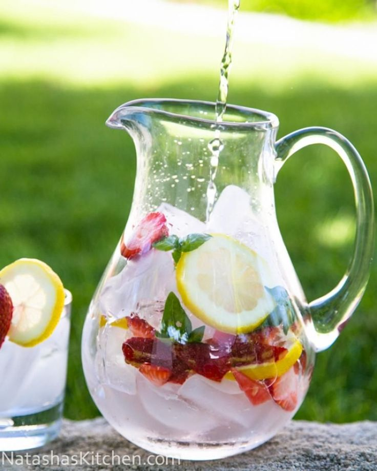 Fraise, citron et basilic: Ingrédients :  - 4 à 6 fraises égoussées et découpées en quartiers - 1/2 citron, coupés en tranche - une petite poignée de basilic - eau fraîche - des glaçons Dans votre pichet, ajoutez fraises et glaçons jusqu'au bord. Écrasez le basilic afin qu'il libère sa saveur. Recouvrez le tout avec de l'eau. Laissez infuser une petite heure. Si vous voulez consommer votre nouvelle boisson immédiatement, à l'aide d'une fourchette, percez les fruits.