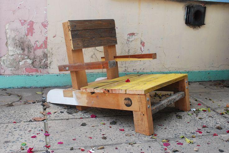 * Reposera Broto I  Hecha con maderas recicladas. La estructura esta hecha con listones de pino, todos encastradas entre si y atornillados con tirafondos. Para el respaldo use un machimbre de pinotea y para el asiento unas tablas recicladas de una obra