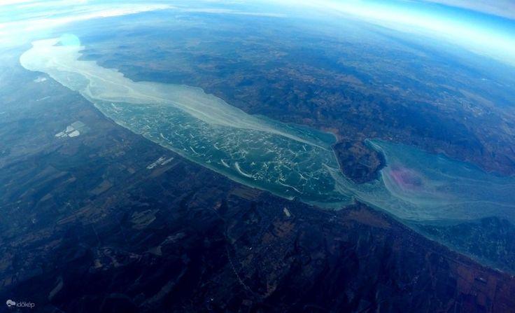Lefotózták a befagyott Balatont 30 kilométeres magasságból.