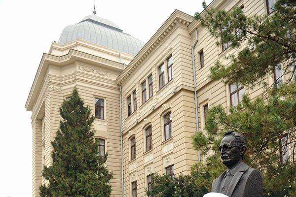 Formele premoderne ale școlii superioare din Moldova, fără a fi determinate pentru actul fondator de la 1880, trimit la mai vechi preocupări care asigură procesul social prin cunoaștere. Dacă, în general, existența unei universități este legată de contextul istoric, Universitatea din Iași a avut de multe ori rolul de creatoare de istorie.