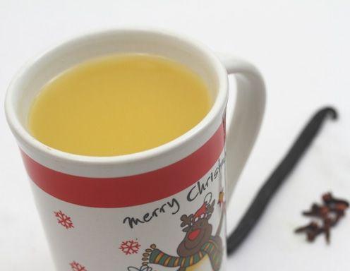 Für den alkoholfreien Kinderpunsch Wasser aufkochen und die Teebeutel darin 5 Minuten ziehen lassen. Apfelsaft und Orangensaft, sowie Zimt, Nelken