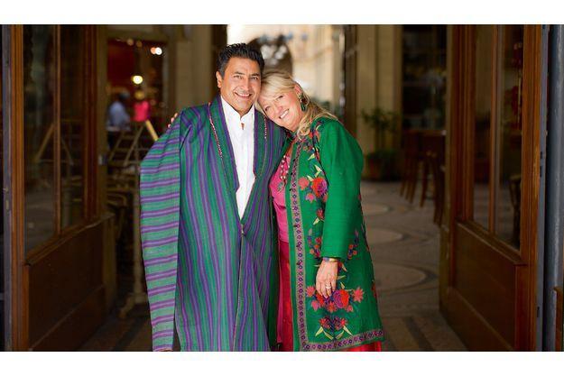 C'est ainsi  vêtus que Charlotte de Turckheim et Zaman feront leur entrée à la cérémonie de mariage, accompagnés de chevaux et de pages. Sous sa veste traditionnelle, Zaman sera en costume-cravate.