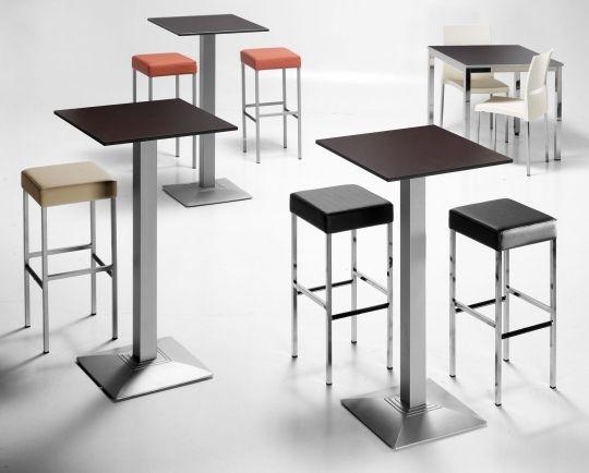 Cafeteria co mesas altas y taburetes cubica
