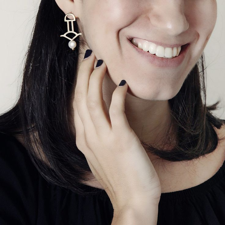 Minimalist statement earrings with pearl drop