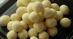 Raffaello golyó recept -  Hozzávalók kb. 45 darabhoz A golyókhoz      160 g tejpor (sovány)     60 ml víz     95 g vaj (olvasztott)     85 g porcukor     80 g kókuszreszelék     45 szem mandula (egész, hántolatlan)  A panírozáshoz      kókuszreszelék