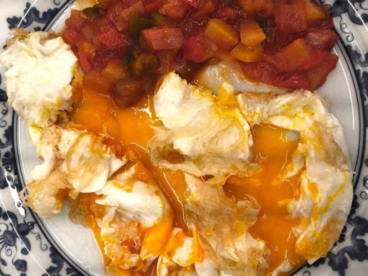 Huevos Fritos de Pollita de Corral (Gallina Joven) con Puntilla y Pisto