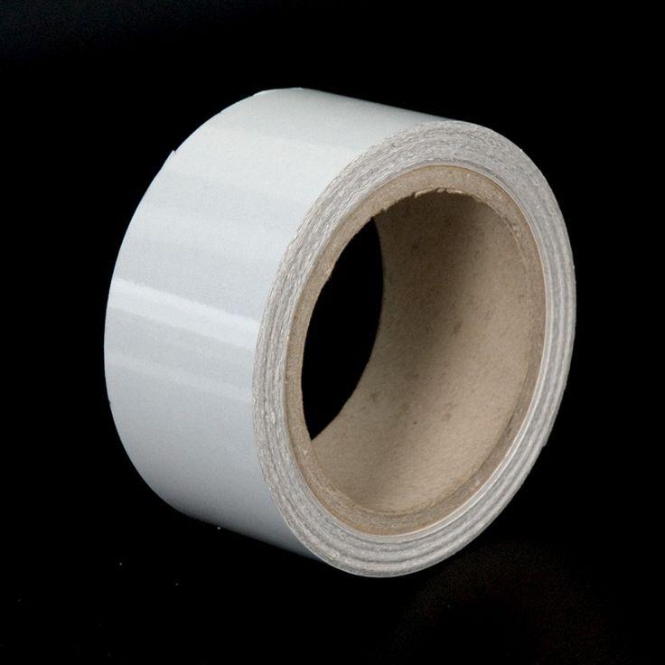 Cinta adhesiva reflectante - La cinta plástica adhesiva reflectante posee propiedades retrorreflectantes. Es decir, refleja la luz al ser iluminada. Se vende a metros y a rollos.