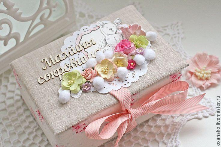 Купить или заказать Мамины сокровища коробочка для девочки в интернет-магазине на Ярмарке Мастеров. Оригинальный и очень теплый подарок для мамы новорожденного малыша — Набор коробочек 'Мамины сокровища'. Может быть изготовлен на заказ с учетом ваших пожеланий: например для мальчика в голубой гамме, или любой другой цветовой гамме. В набор Мамины сокровища входит: 6 маленьких коробочек со словами: — бирочка, локон, зубик, соска носочки; (любые на ваш выбор) 3 коробочки можно заменить на…