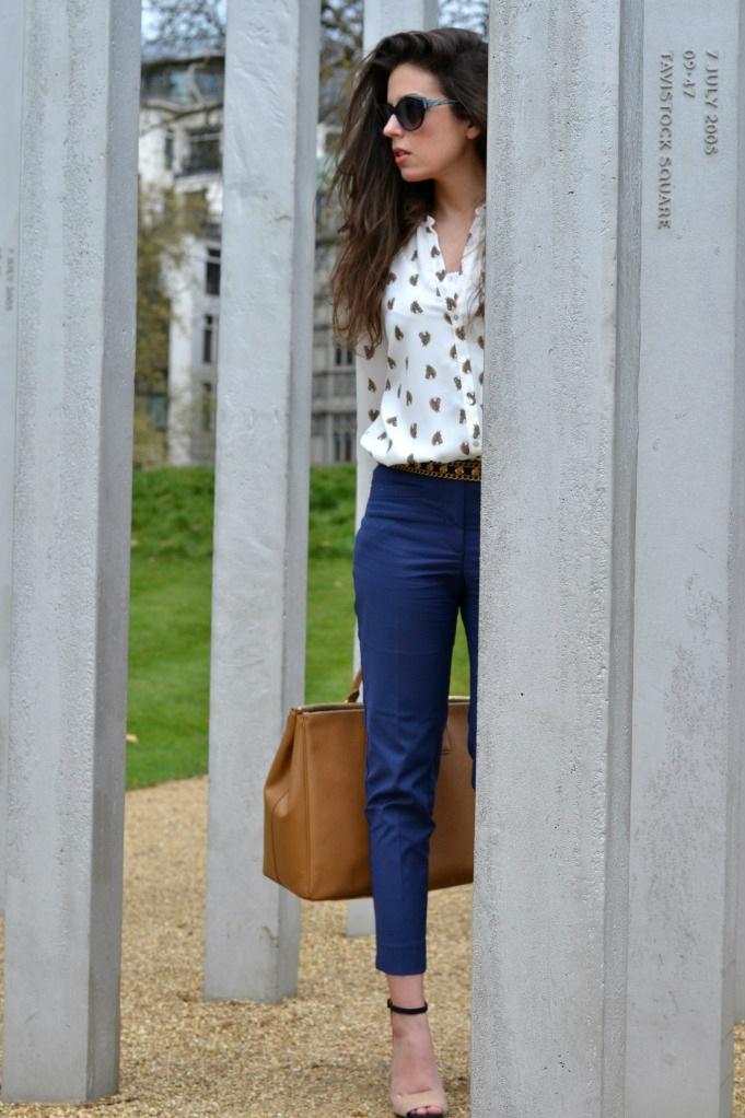 Pantalón azul marino+Camisa blanca estampada